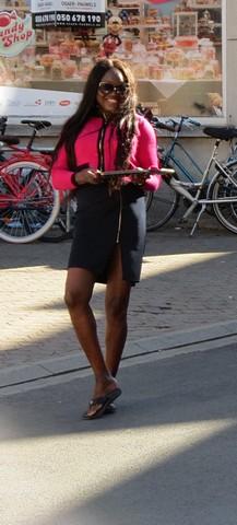 thumbnail-Adeline serveert Afrikaans